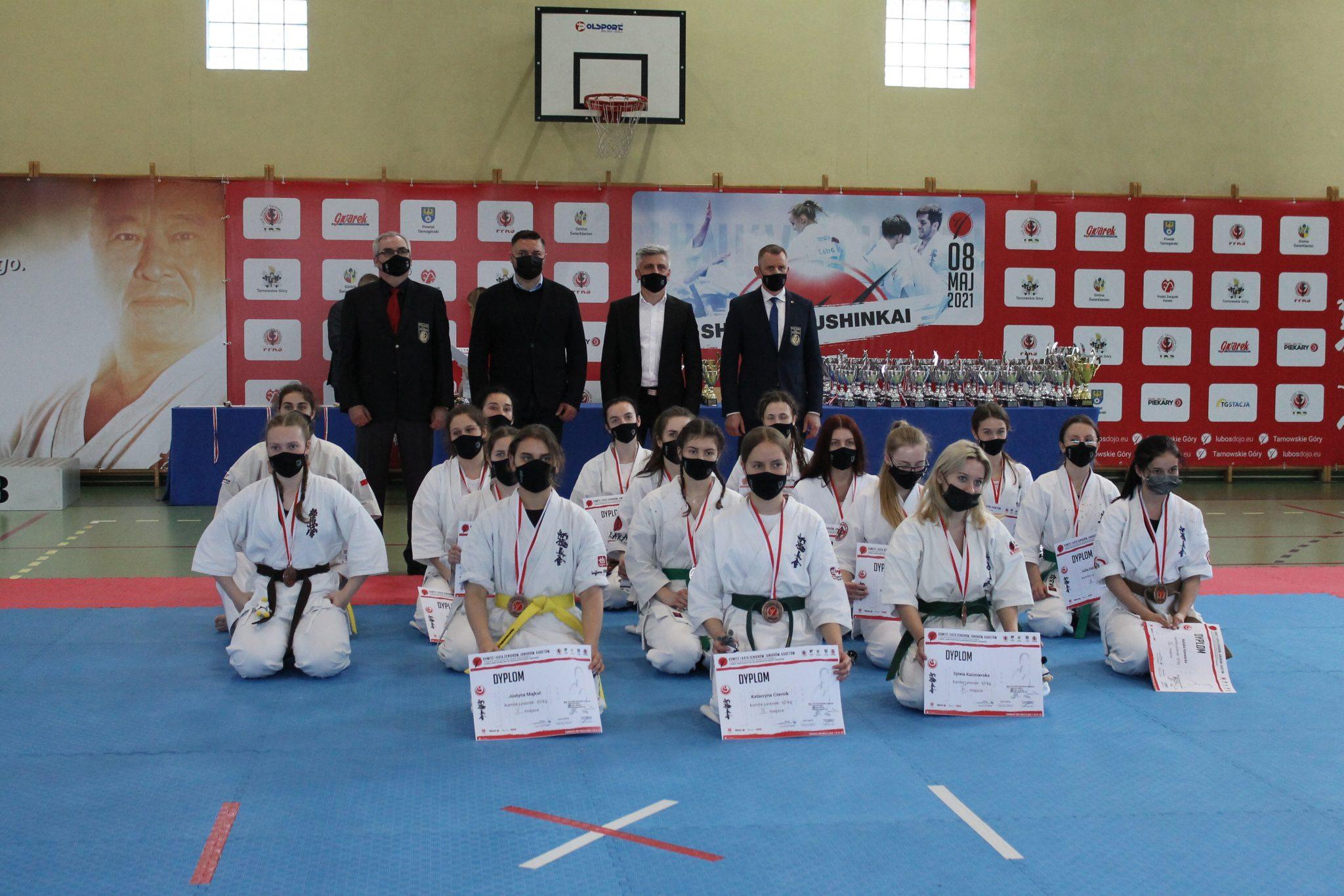 Zwycięscy otwartych mistrzostw w karate i wręczający nagrody