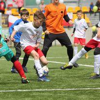 na zdjęciu dzieci grające w piłkę nożną