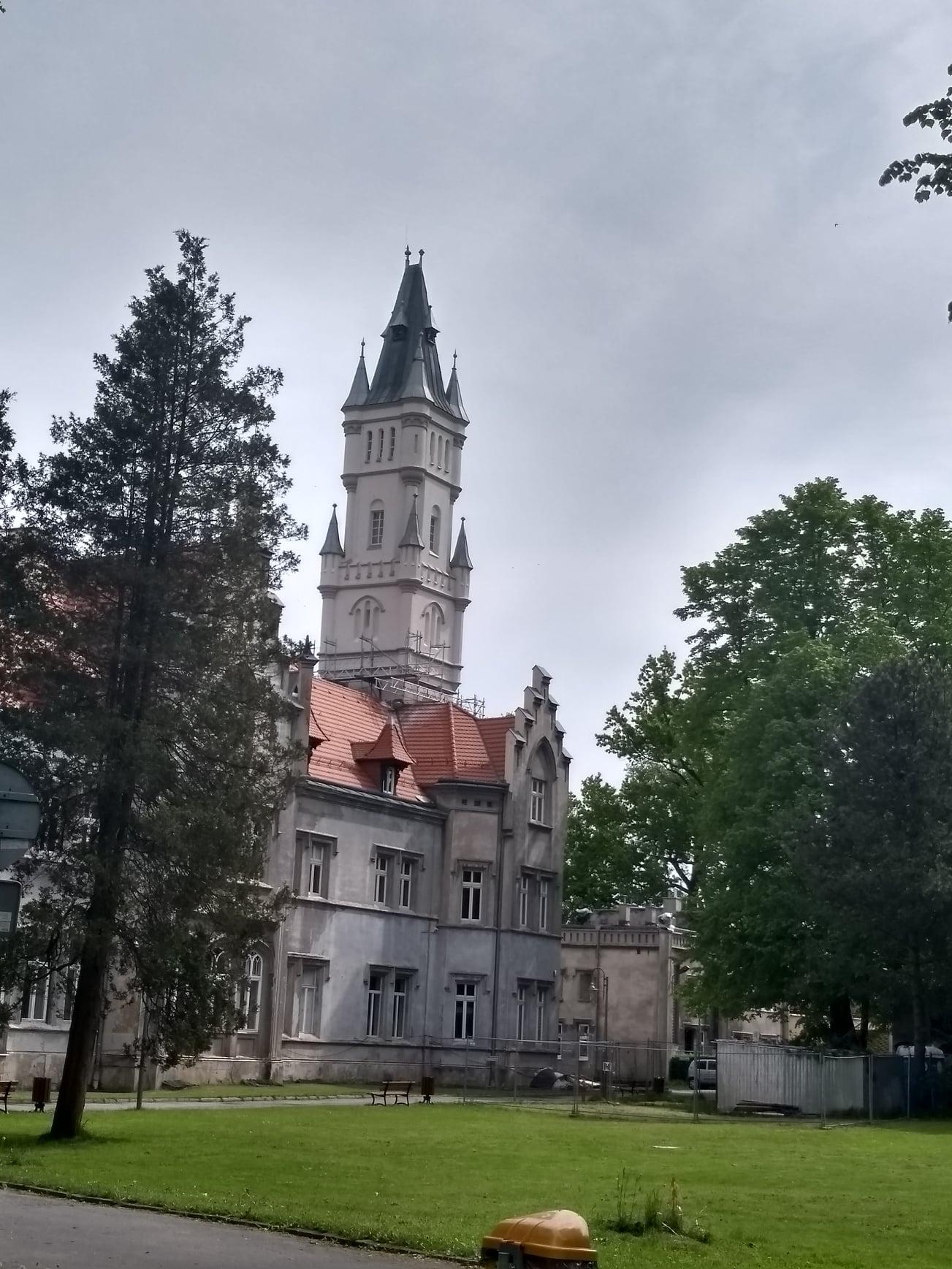 Na zdjęciu widok pałacu w Nakle Śląskim i remontowanej wieży