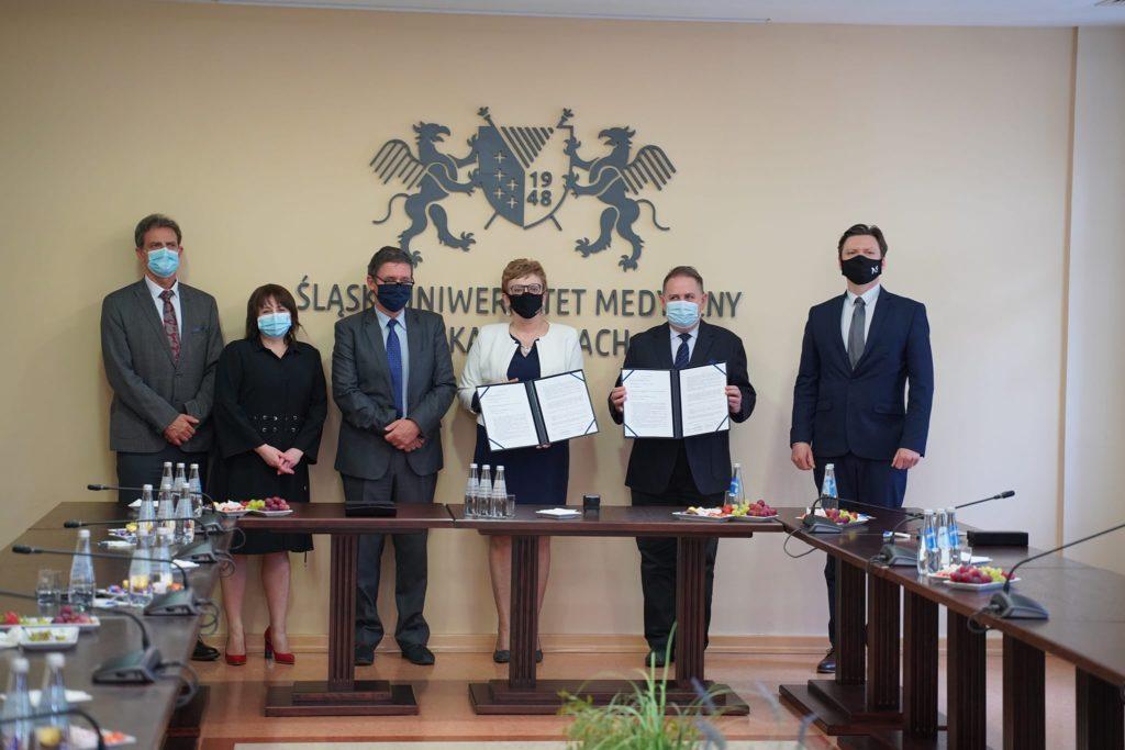 na zdjęciu Starosta Tarnogórski, Rektor Śląskiego Uniwersytetu Medycznego i inni sygnotariusze porozumienia