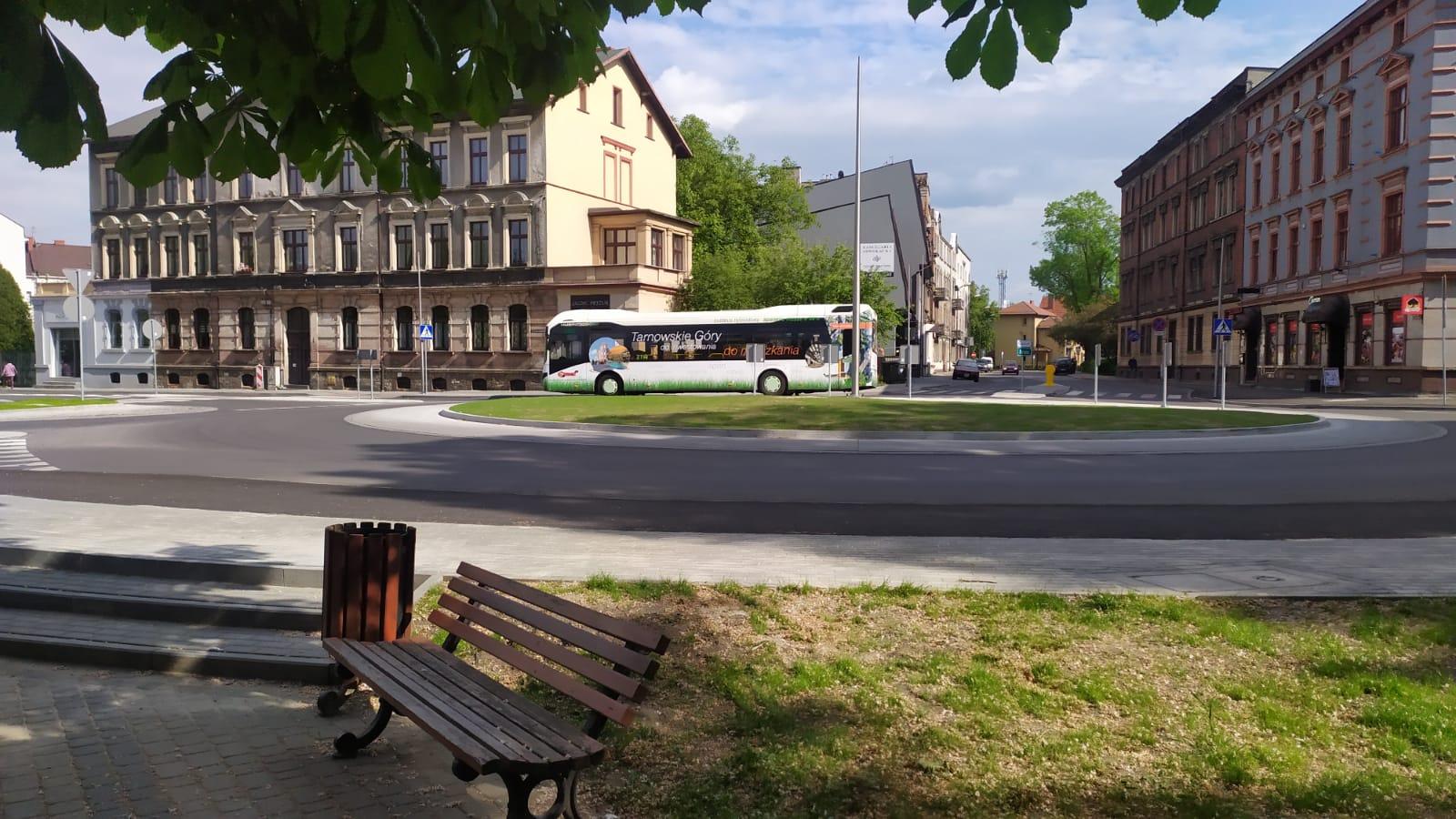na zdjęciu rondo od strony Parku Strzeleckiego, na rondzie autobus