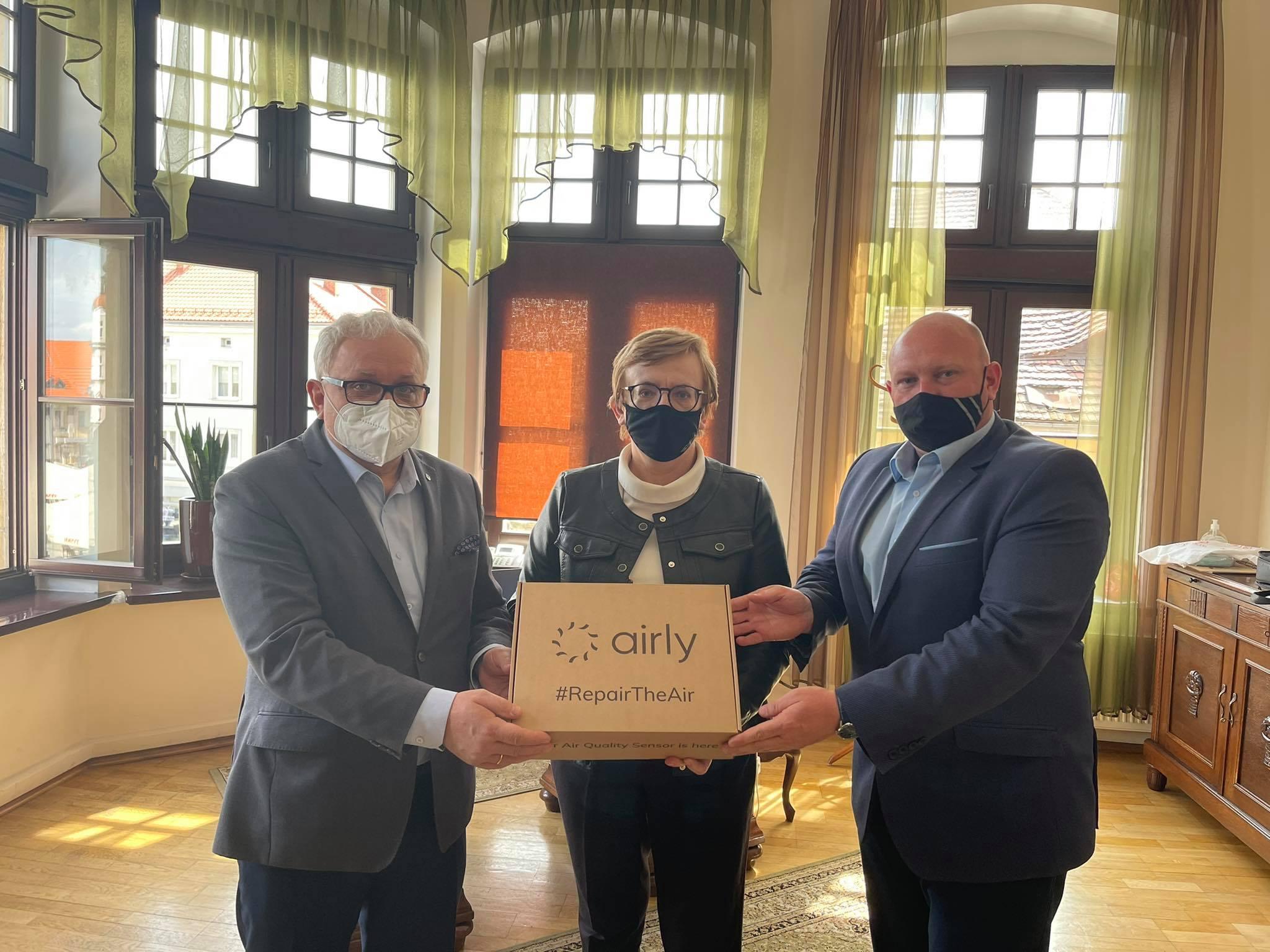 na zdjęciu starosta tarnogorski, burmistrz miasta Tarnowskie Góry i przewodniczący rady miejskiej trzymający w rękach pudełko z czujką airly