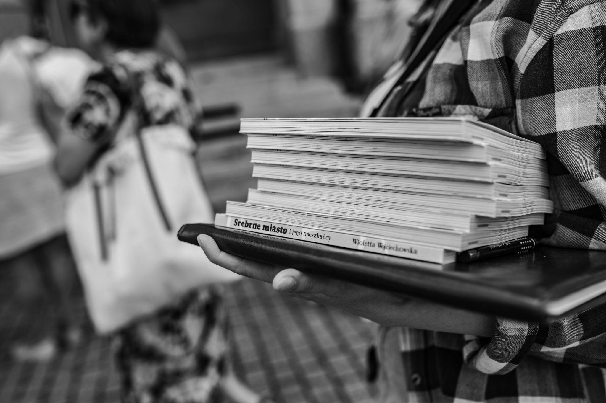 na zdjęciu stos książek