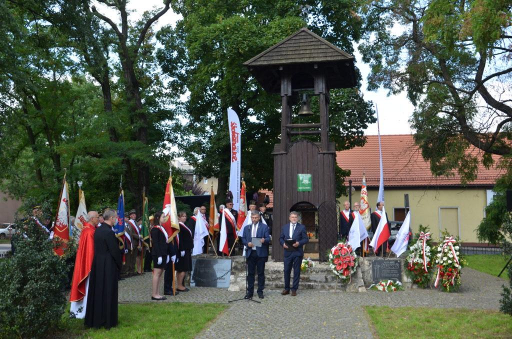 osoby stoją pod dzwonnicą Gwarków w Tarnowskicg Górach