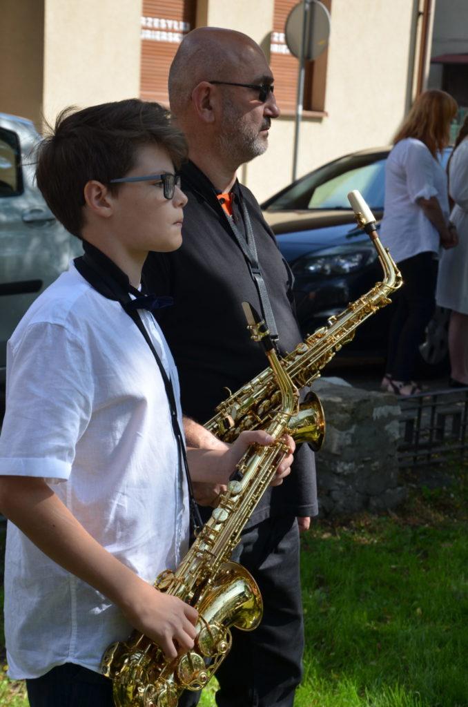 młody chłopakobok mężczyzna w rękach trzymają saksofony