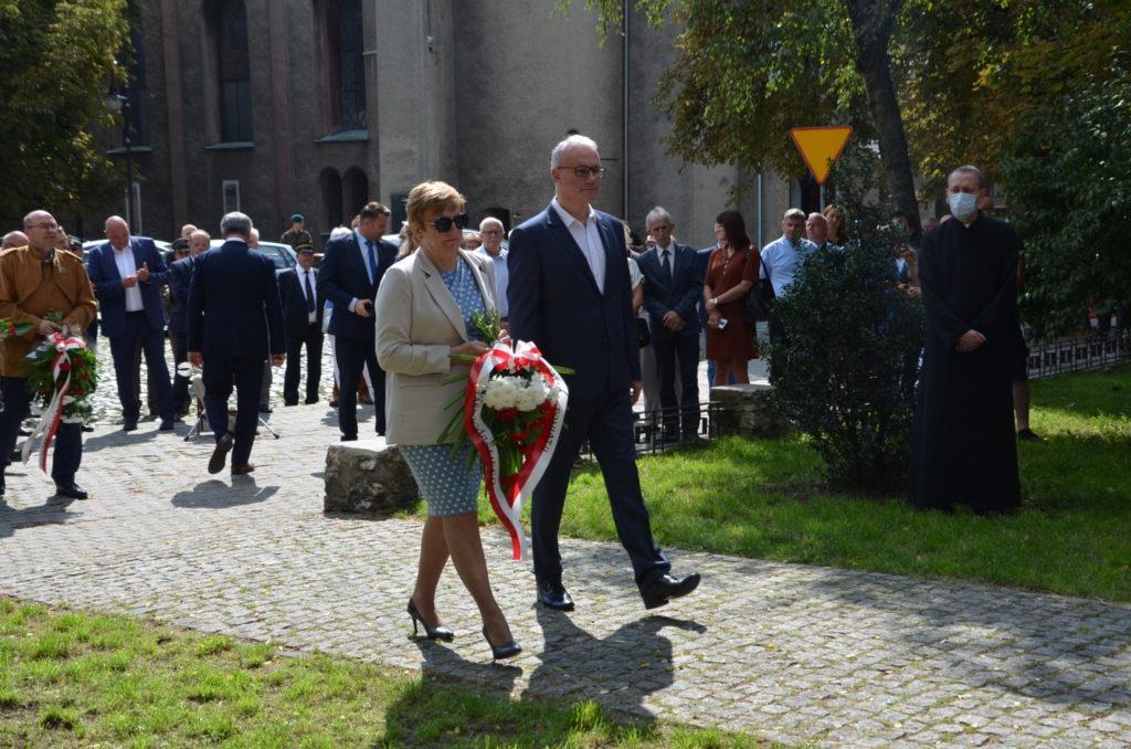 Starosta Krytsyna Kosmala w ręku trzyma kwiaty obok Krzysztof Łoziński,