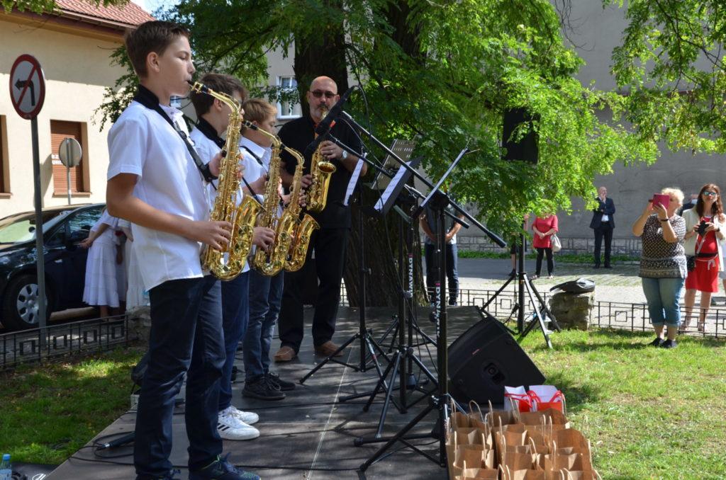 młodzież z instrumentami na scenie