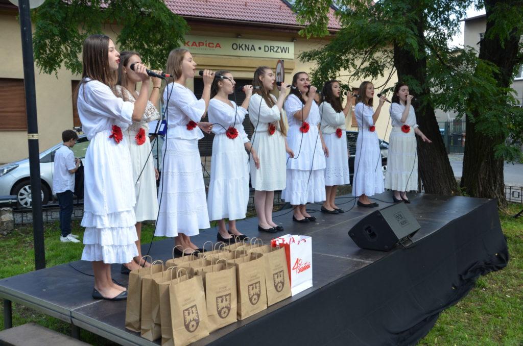 młode dziewczyny na scenie podczas śpiewu