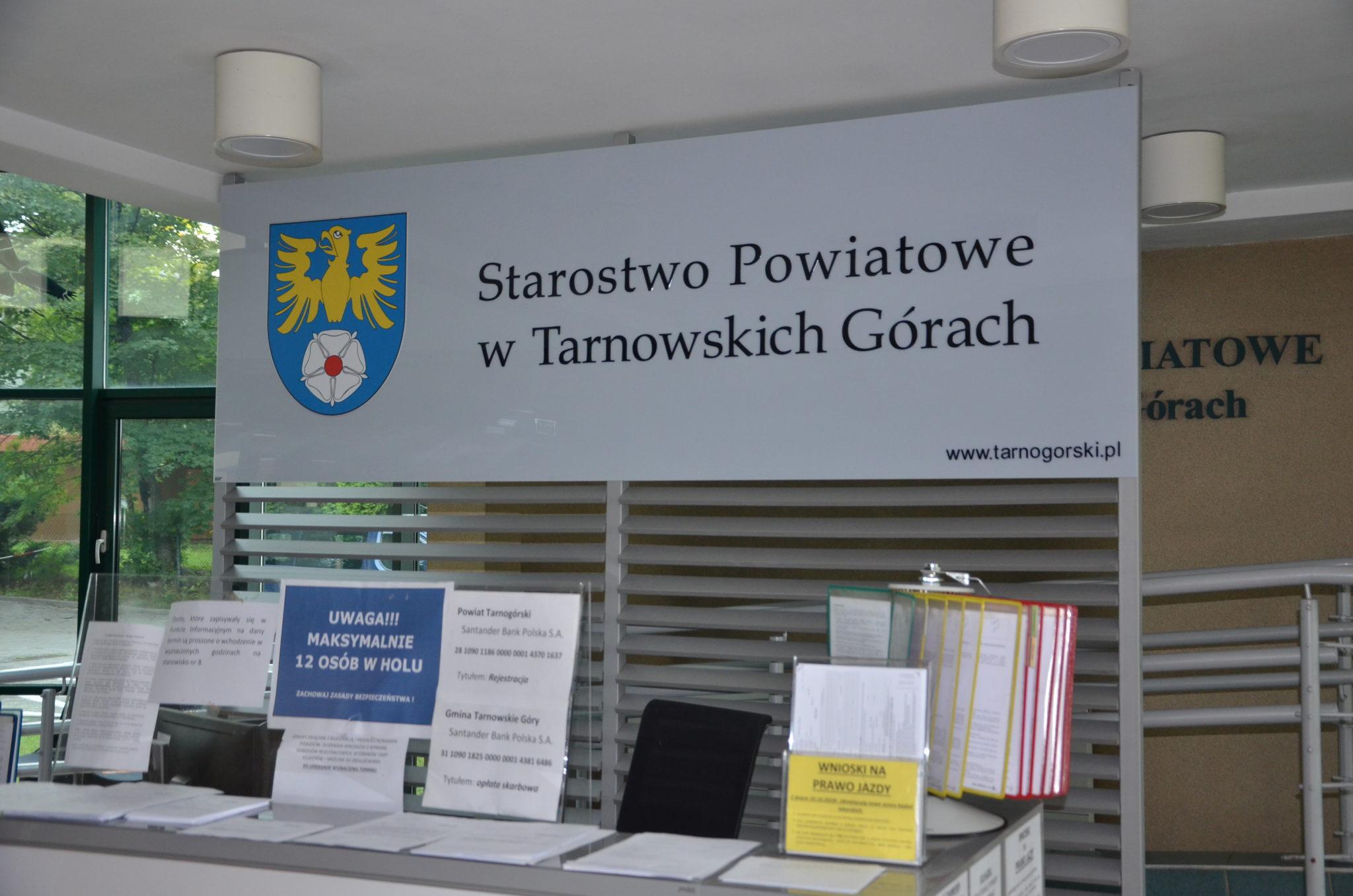 tablica z napisem Starostwo Powiatowe w Tarnowskich Górach