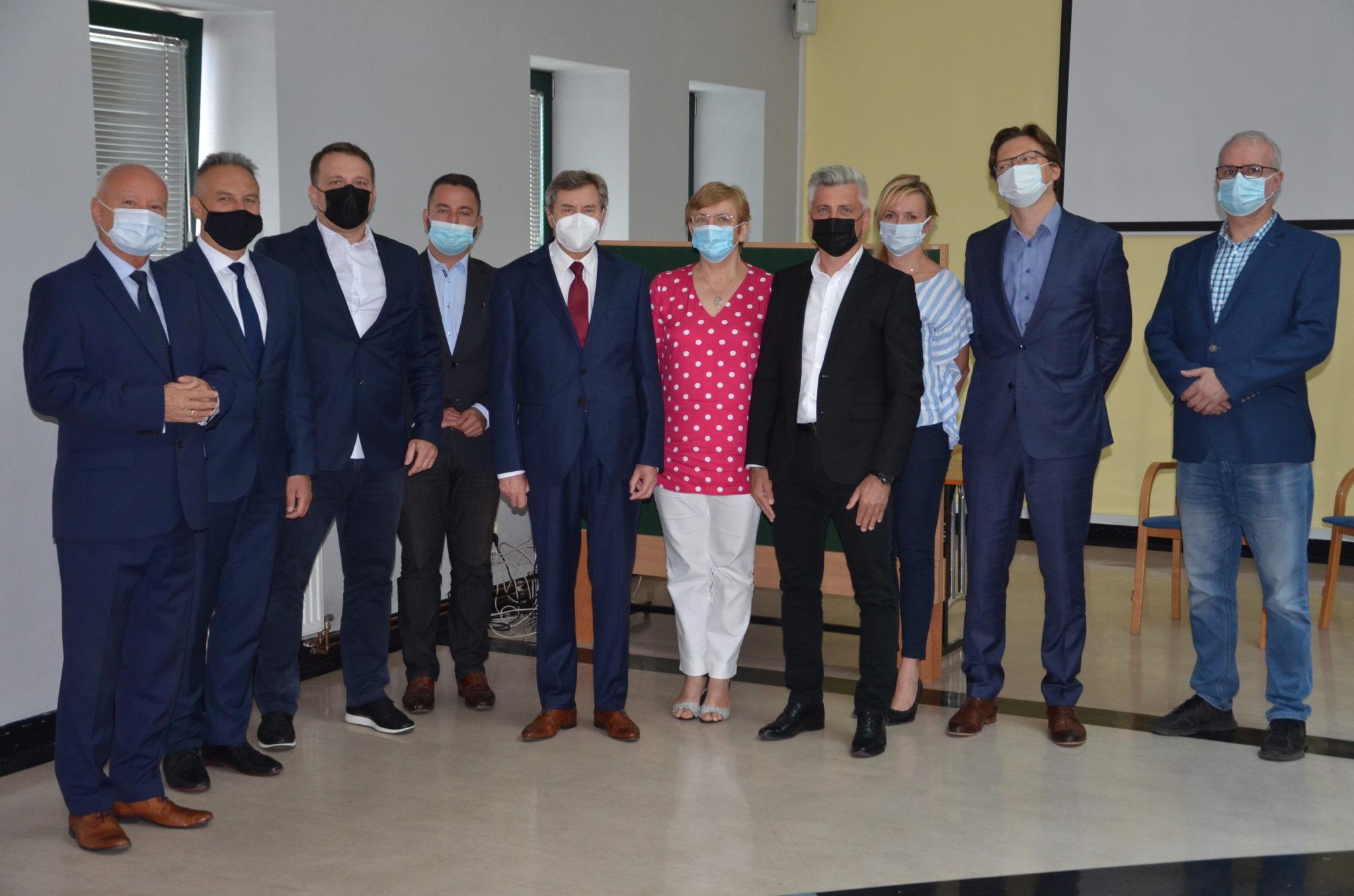 skarbnik zarzad powiatu sekretarz oraz przewodniczacy rady i dwoch wiceprzewodniczących