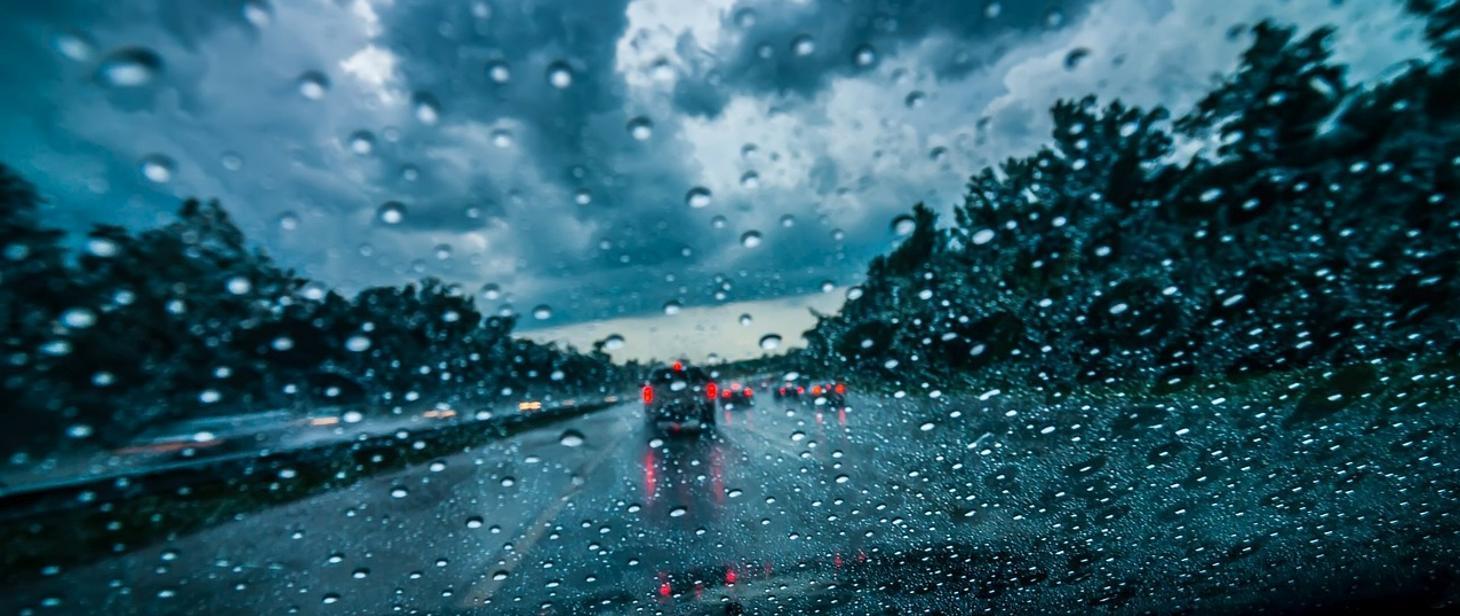 padajacy deszcz widok drogi z okna samochodu