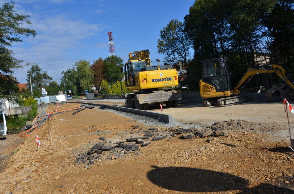 maszyny budowlane na placu budowy mostu