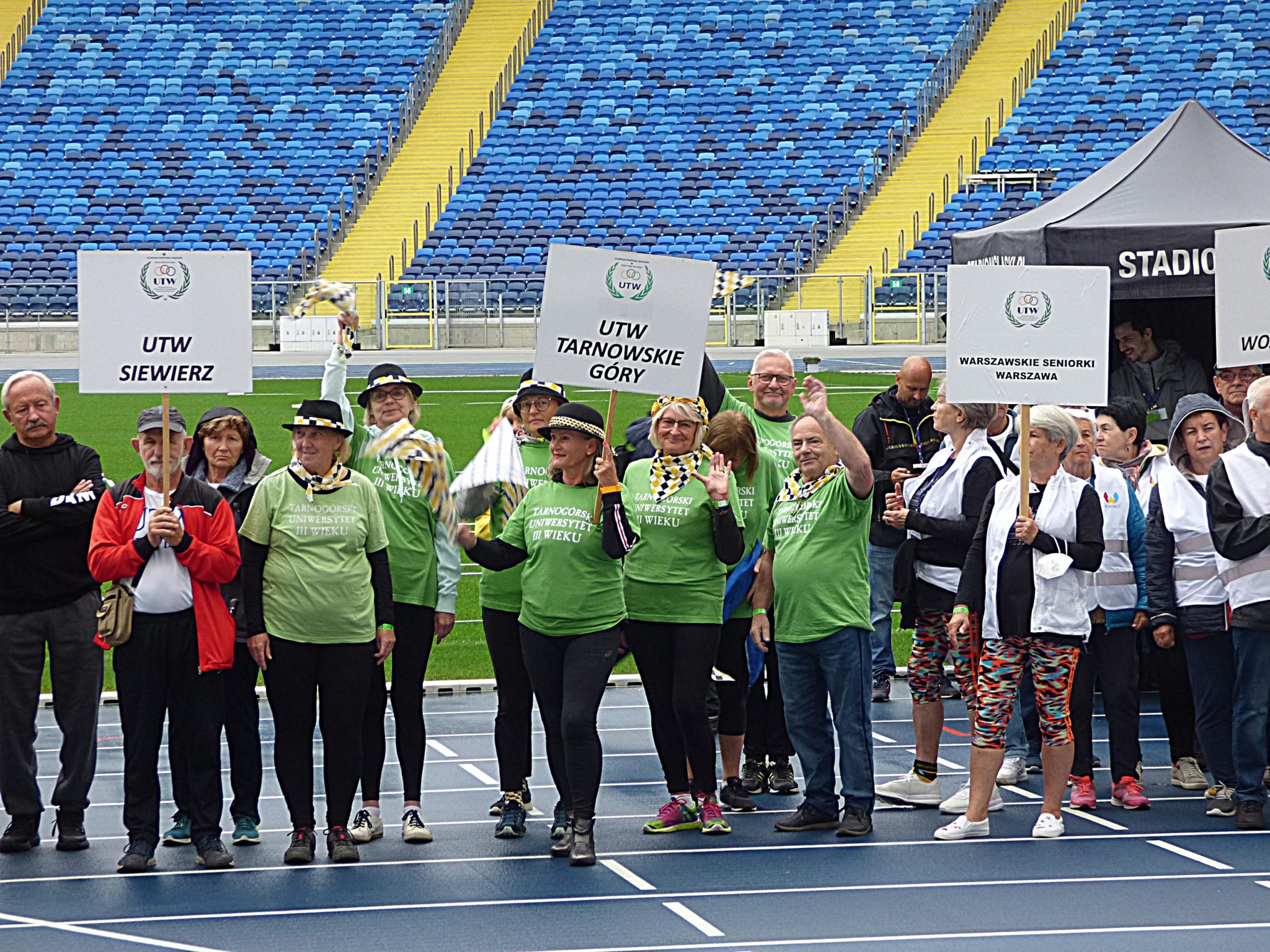 grupa kilku osób ubranych w koszulki koloru zielonego