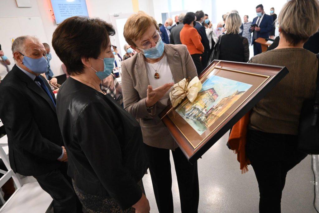 Starosta Krystyna Kosmala wręcza obraz Kierownik Centrum Aktywności Seniorów