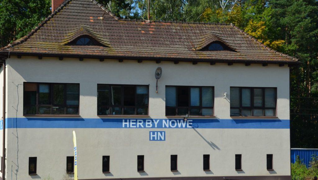 budynek z napisem Herby NOwe