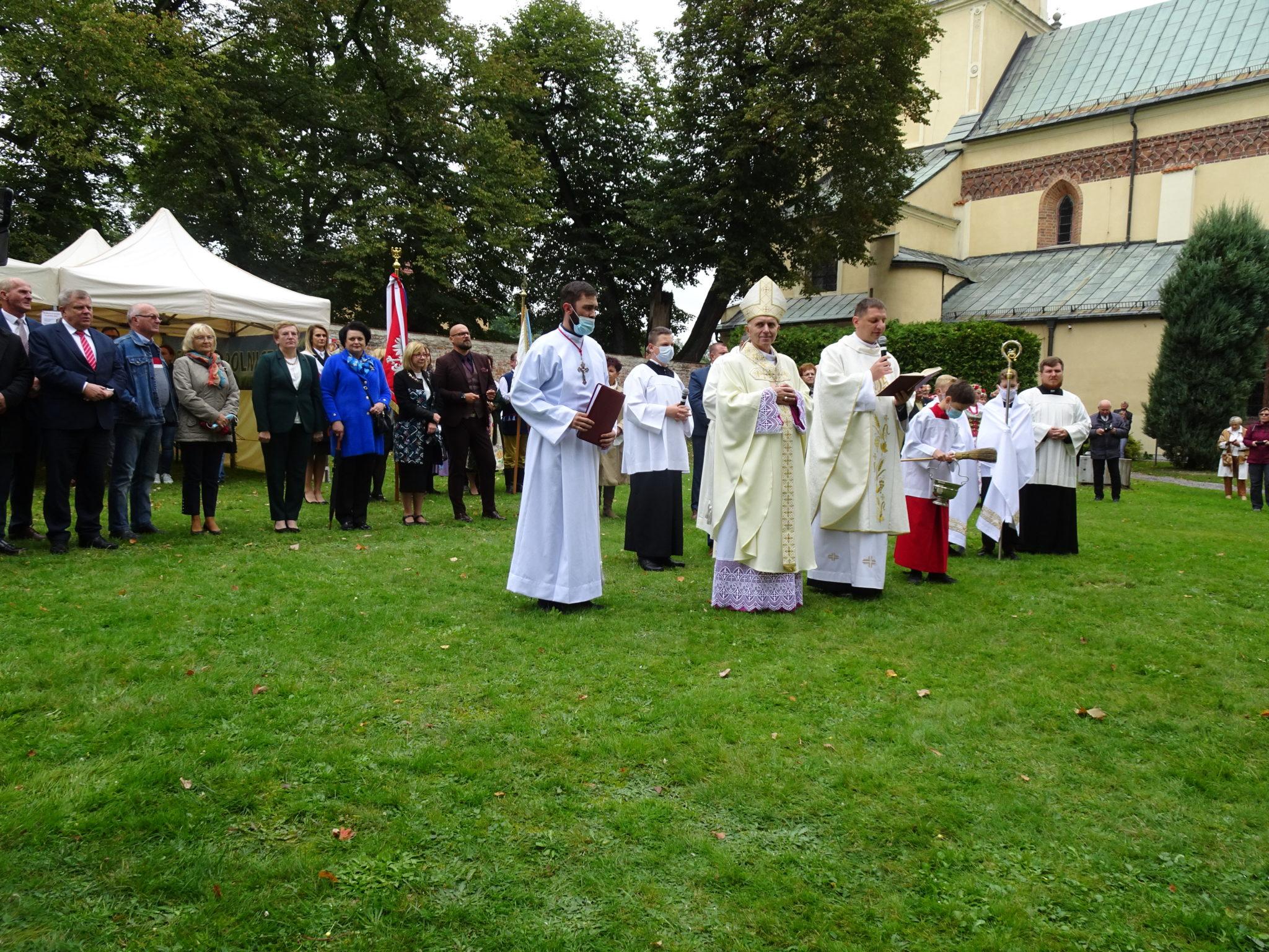 procesja do kościoła prowadzi biskup