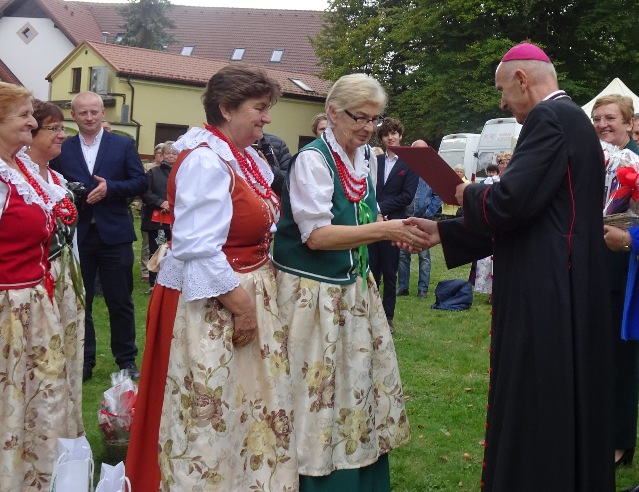 kobiety w strojach ludowych , gratulacje skłąda im biskup