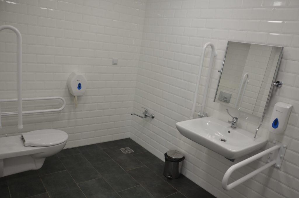 toaleta przystosowana dla osób niepełnosprawnych