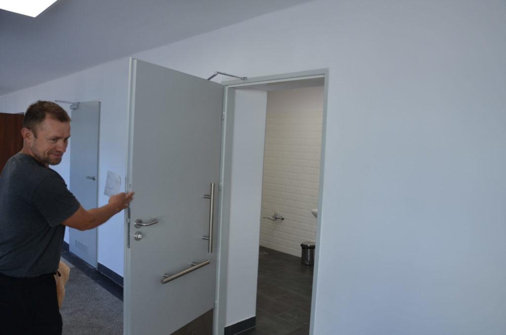 wejście do łazienki dla niepełnosprawnych