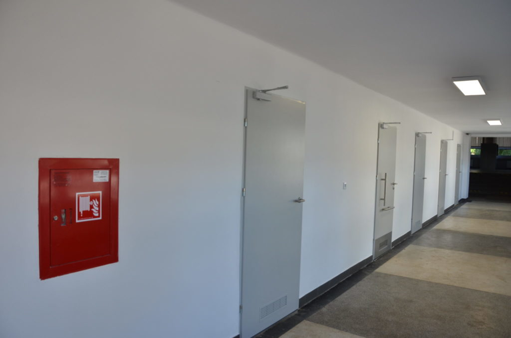 drzwi wejściowe do sal
