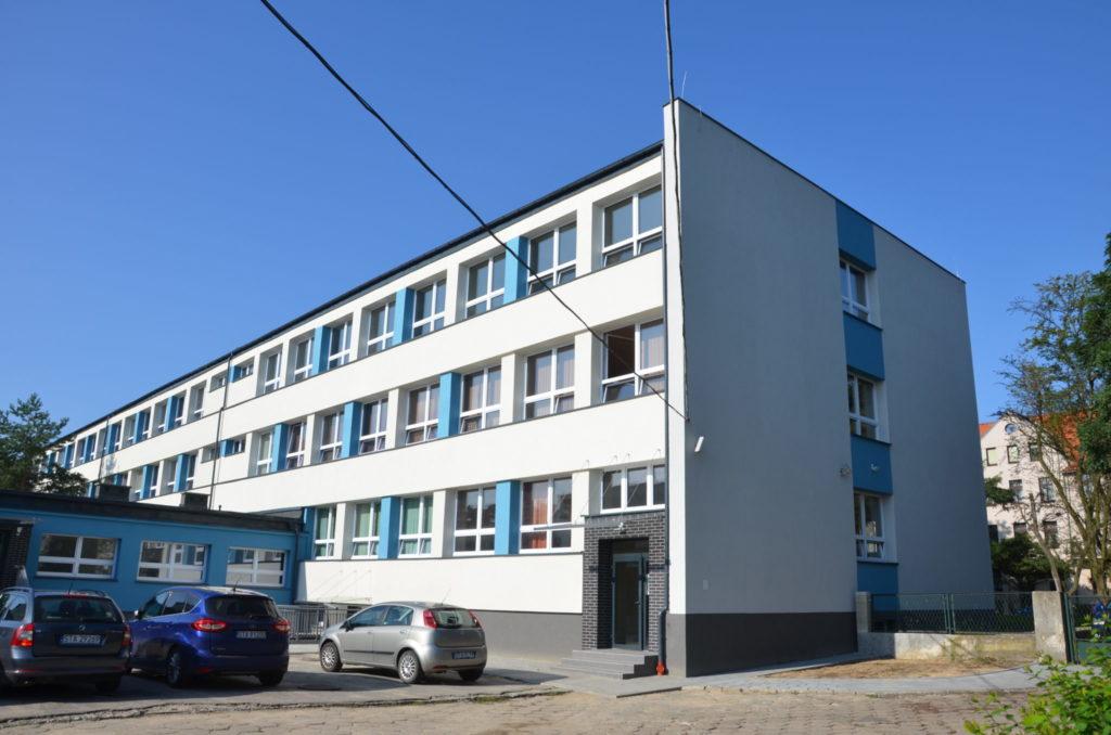 budynek szkoły od zaplecza
