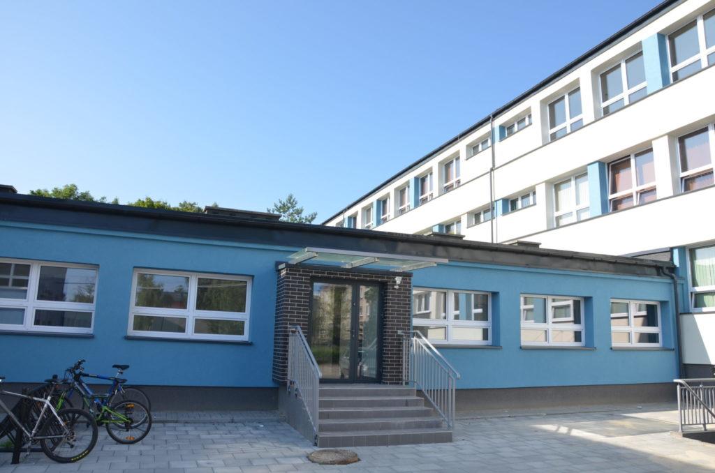 łącznik pomiędzy szkołą, a salą gimnastyczą z wejsciem do budynku
