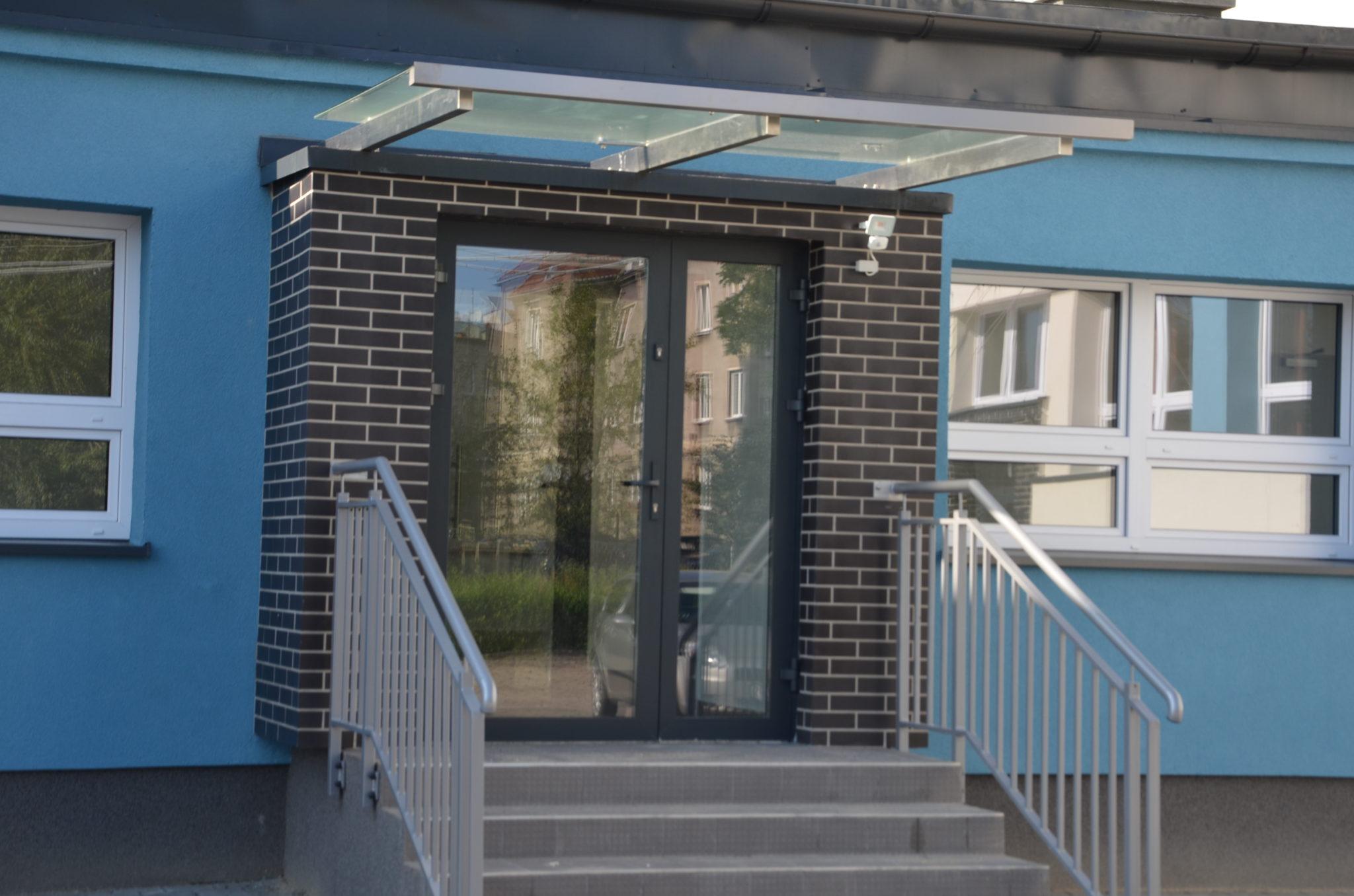 boczne wejście do szkoły