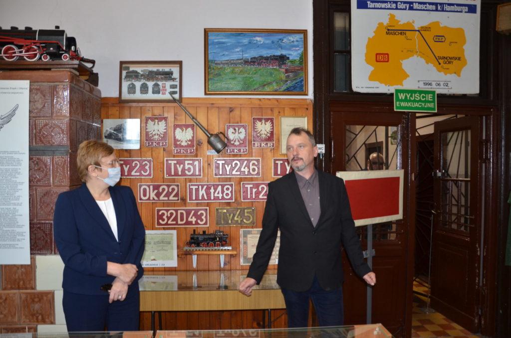Starosta wraz z pracownikiem PKP w muzeum PKP