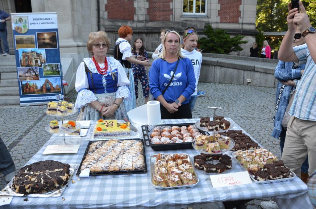 dwie kobiety, na stoliku przed kobietami ciasto