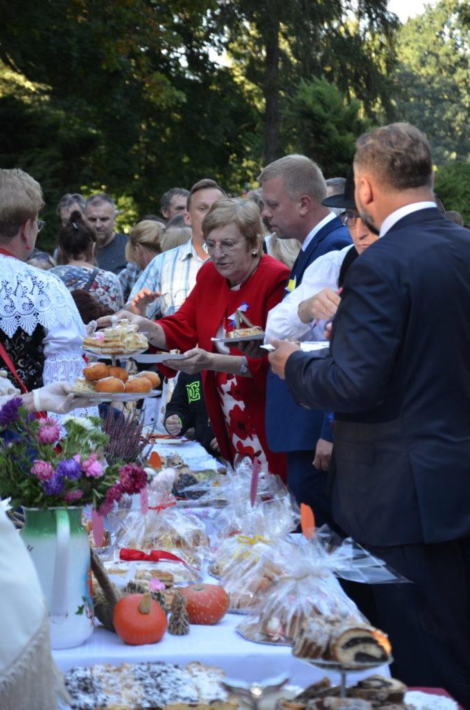 grupa osób podczas degustacji ciasta