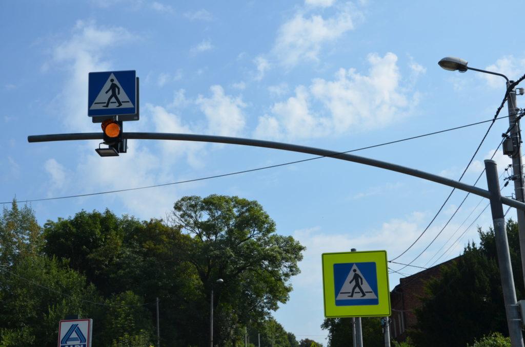 maszt z sygnalizatorem przejście dla pieszych