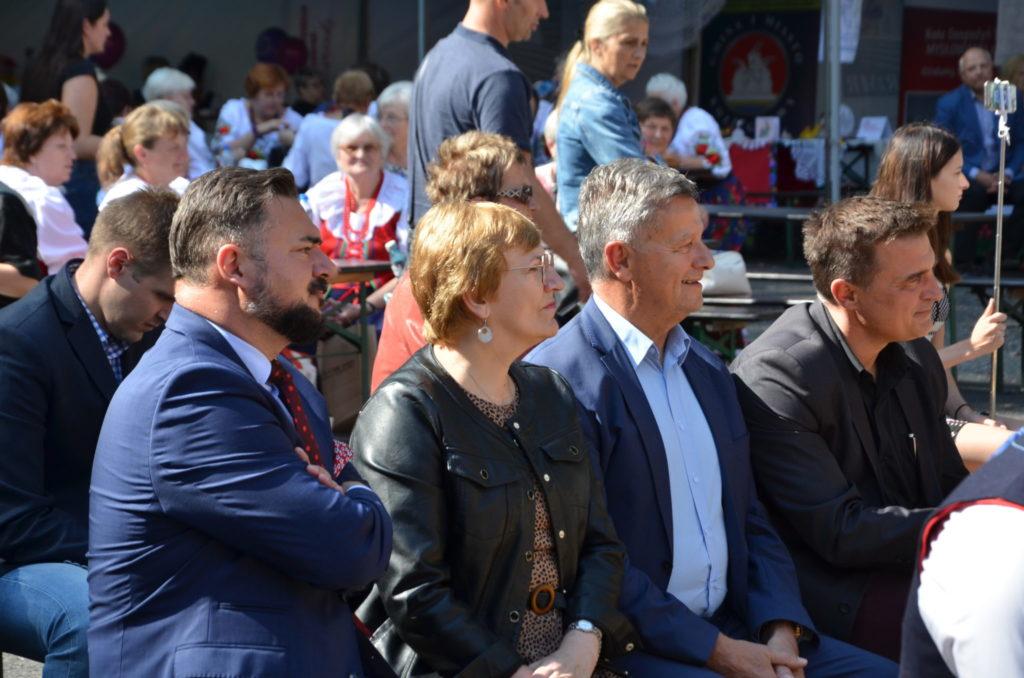 starosta Krystyna Kosmala obok woj Marek Cyl oraz wójt Wiesław Olszewski