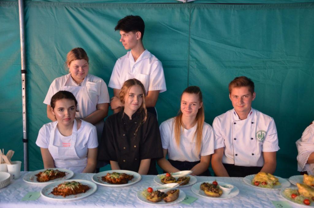 gupa młodzieży prezentująca przygotowane dania