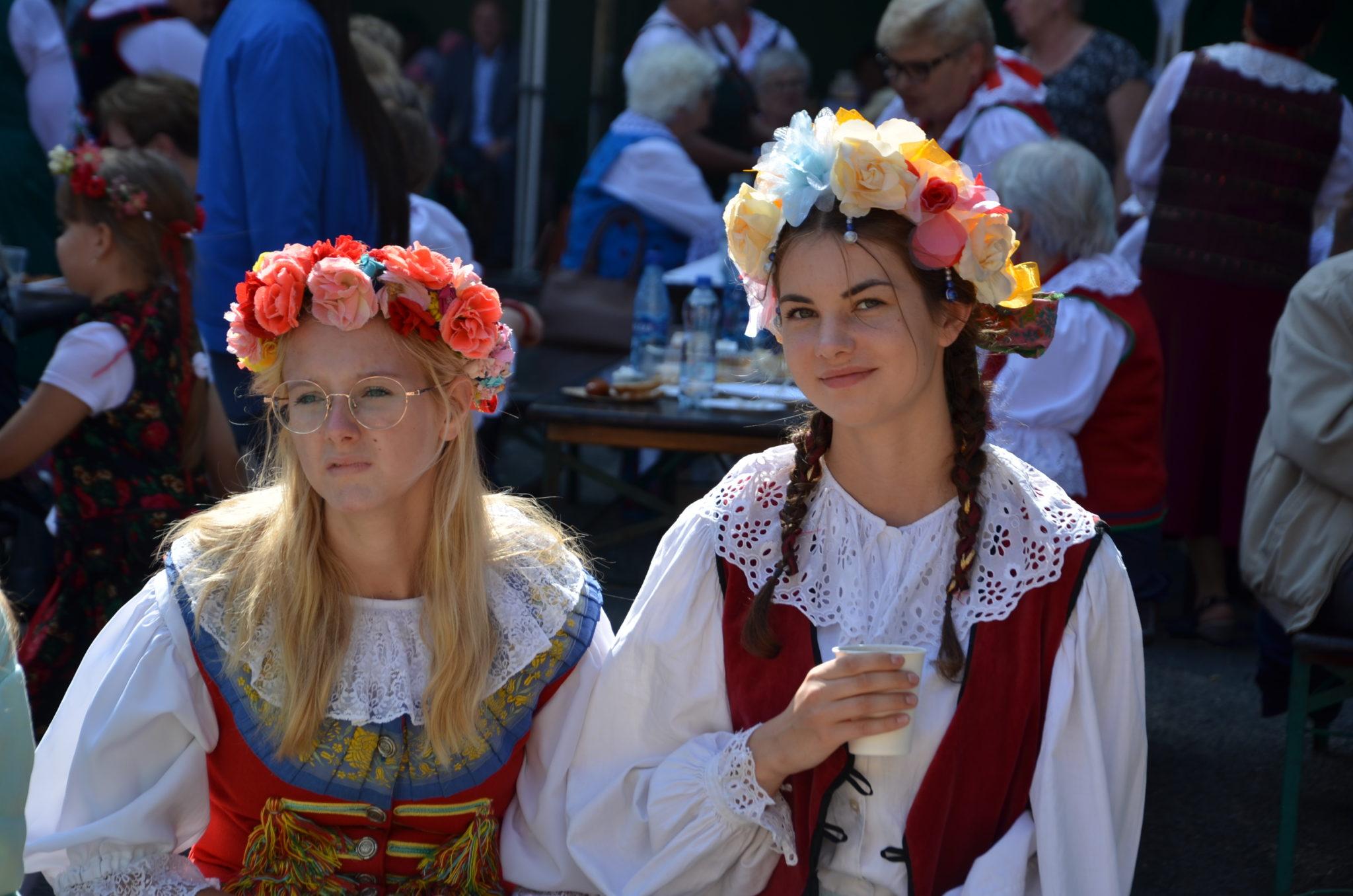 dwie dziewczyny w strojach ludowych, na głowach mają wianki