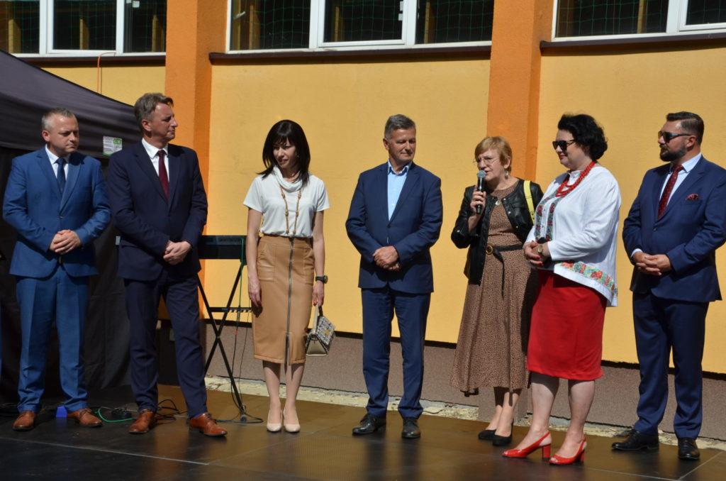 grupa kilku osób  na scenie