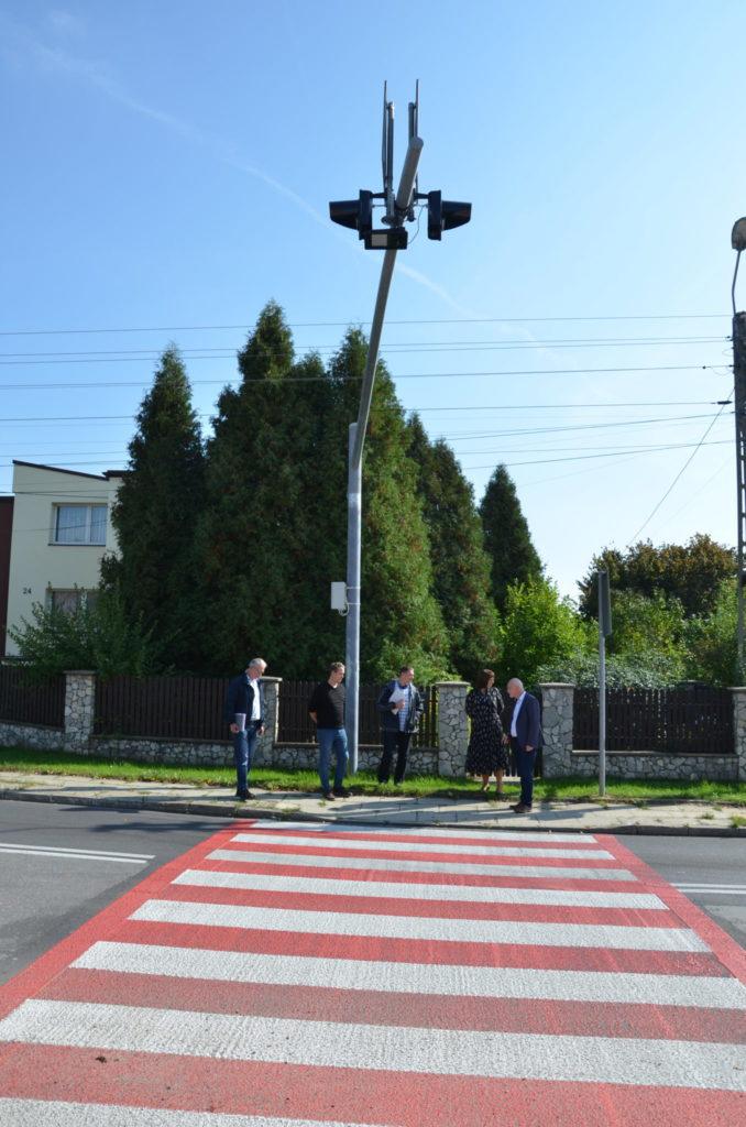 pięć osób stoi przed przejsciem dla pieszych