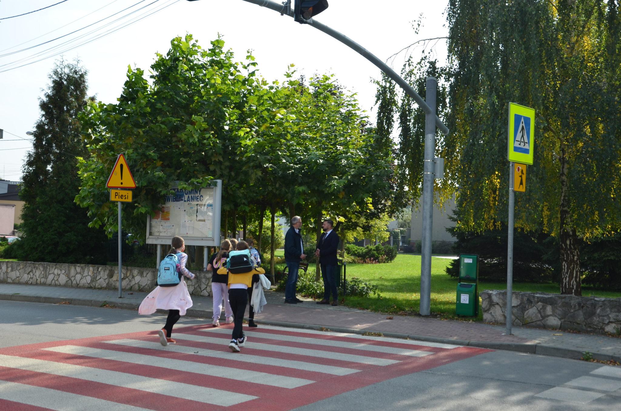 dzieci przechodzą przez przejście dla pieszych