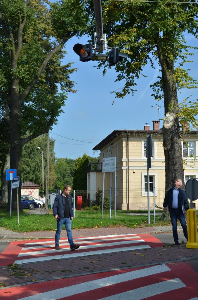 dwóch mężczyzn przechodzi przez przejscie dla pieszych w MIasteczku  Sląskim ulica Rubinowa