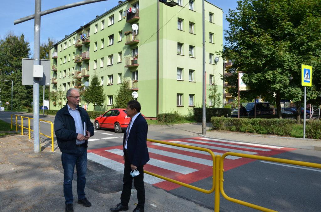 dwóch mężczyzn rozmawia w okolicy przejscia dla pieszych