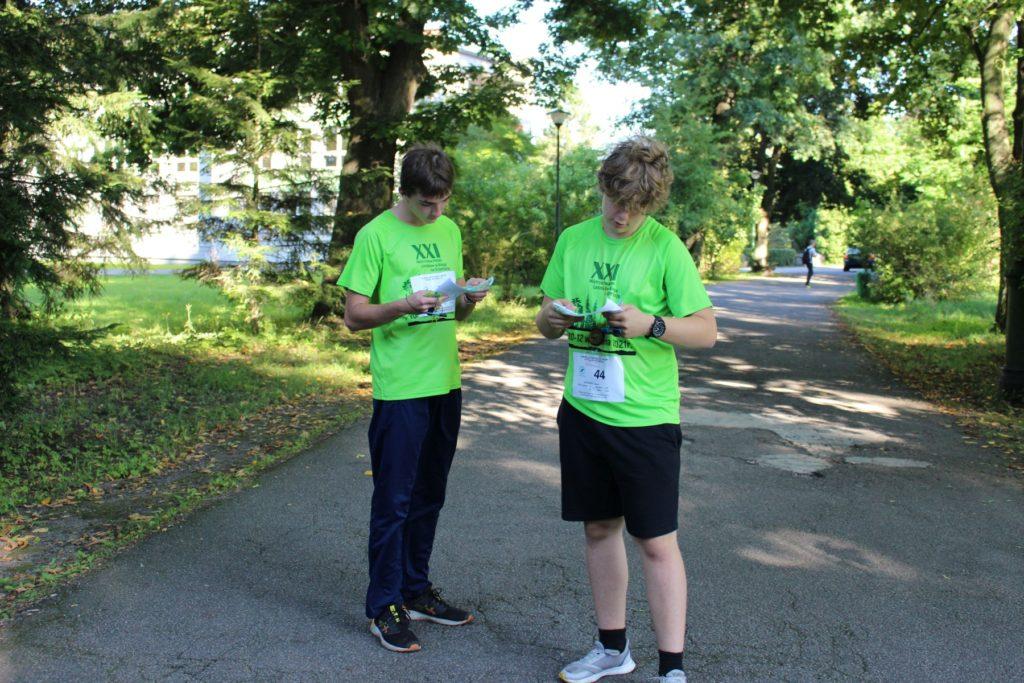 dwoch młodych chłopców odczytują mapę