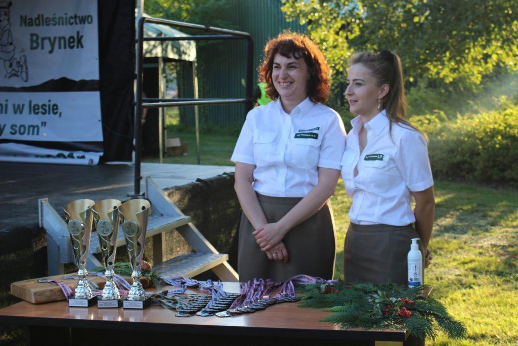 dwie kobiety w mundurach leśników