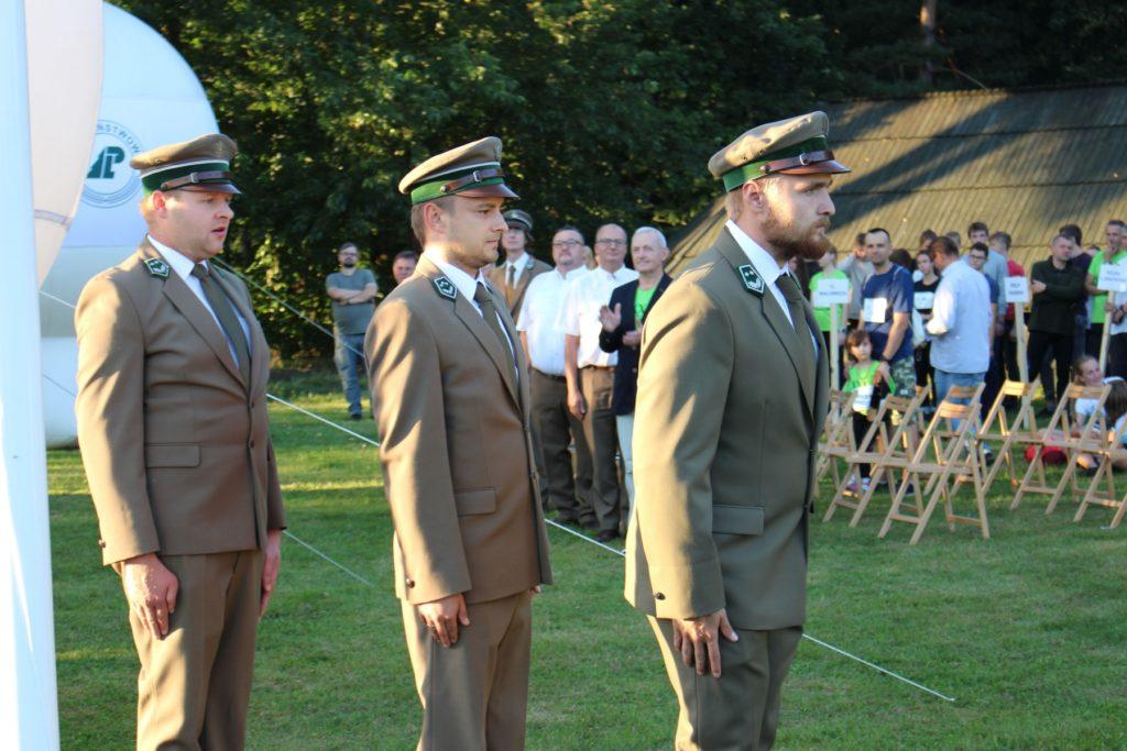 trzech mężczyzn w mundurach leśników
