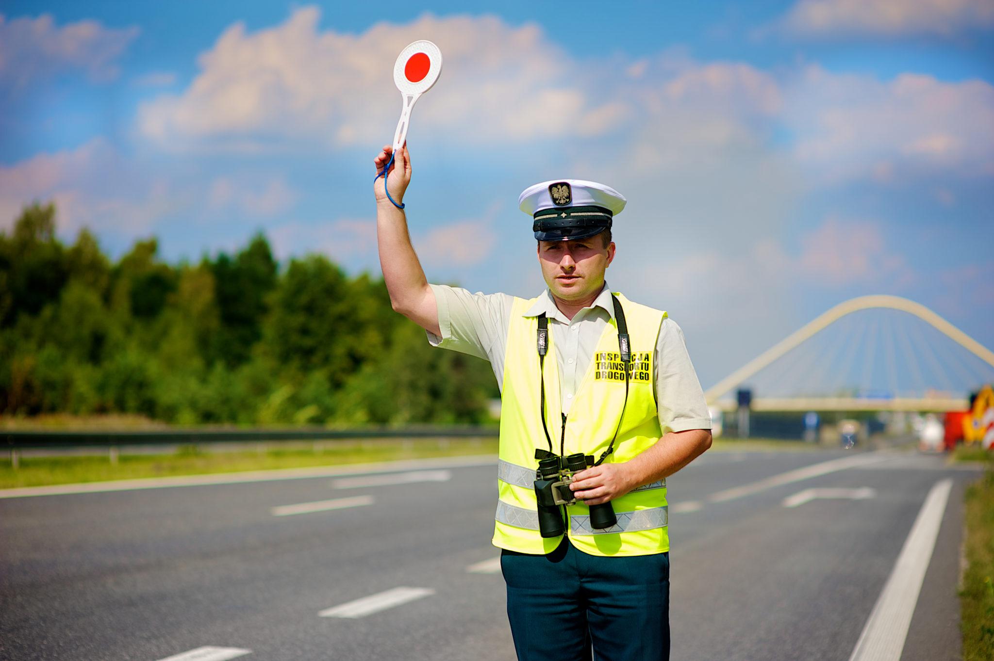 Inspektor daje sygnal do zatrzymania pojazdu