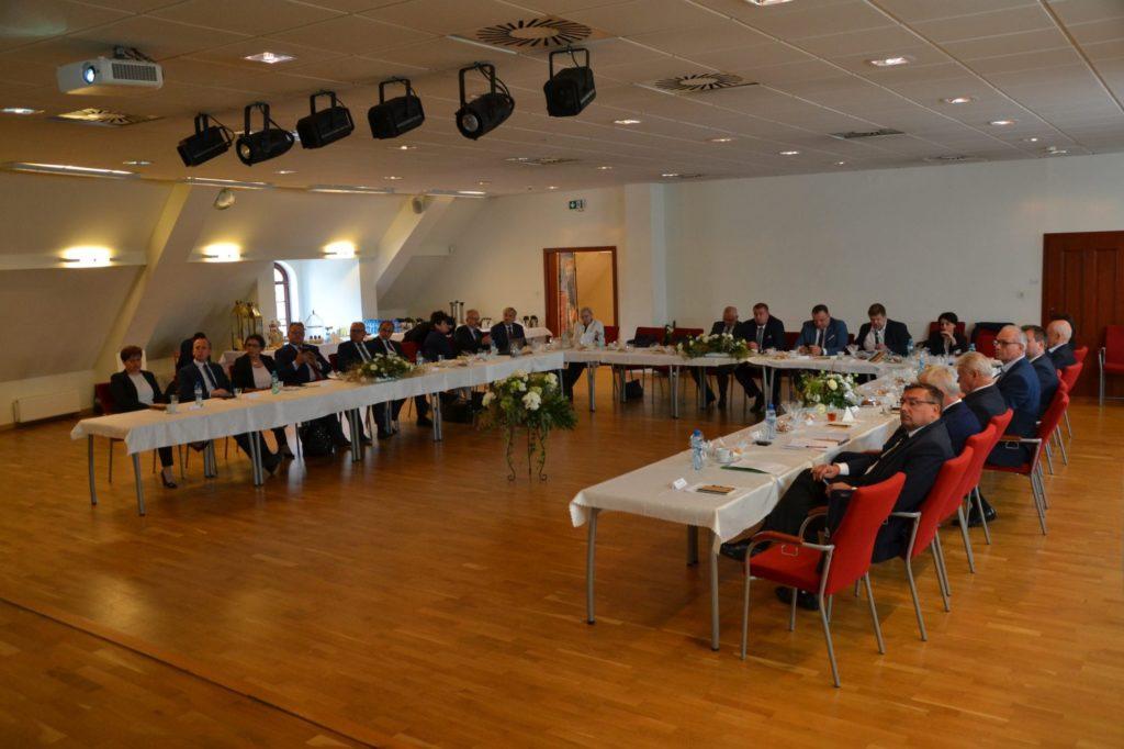sala konferenycjna kilkadziesiąt osób podczas prezentacji multimedialnych