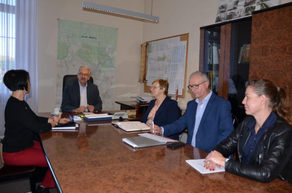 przy jednym stole siedzą zastęca burmistrza Piotr Skrabaczewski, Straosta Krystyna Kosmala, Krzystof Łoziński,