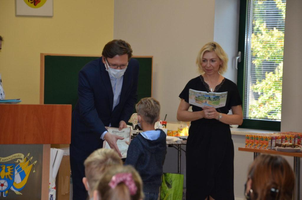 mężczyzna i kobieta podczas wrecznia nagród dzieciom