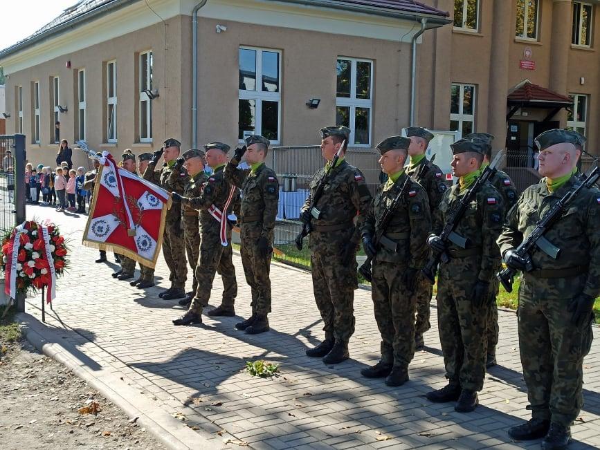 żołnierze z sztandarem