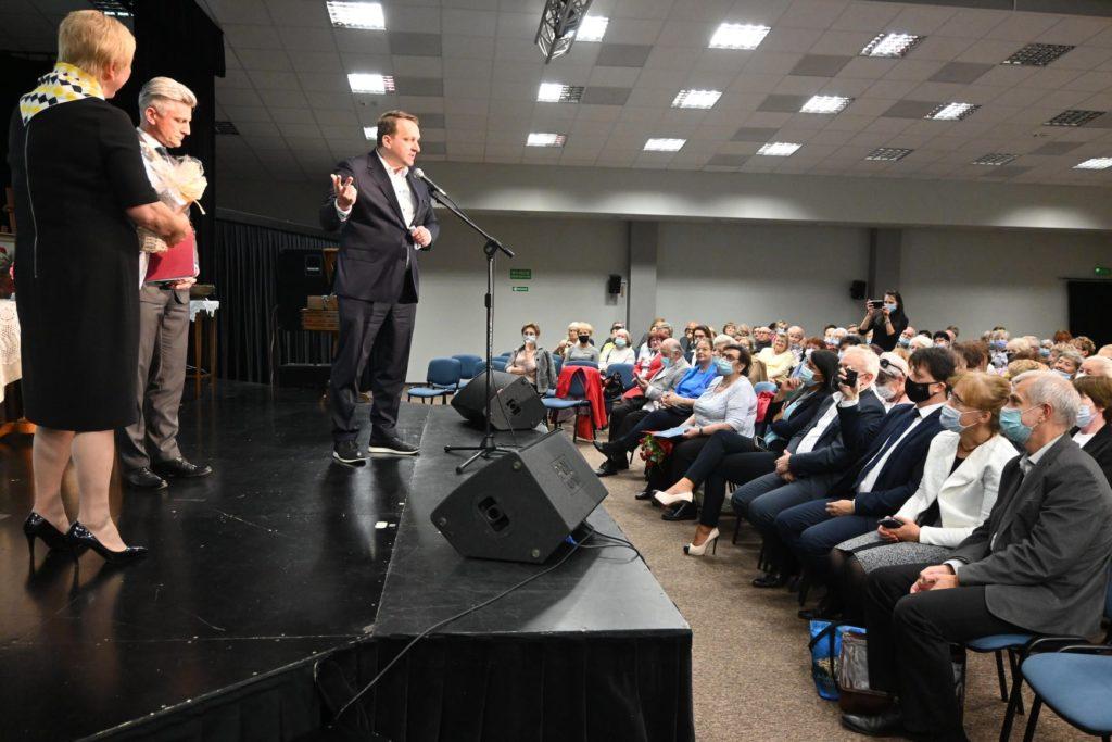 Przewodniczący Rady Powiatu Przemysłąw Cichosz przemawia do publiczności