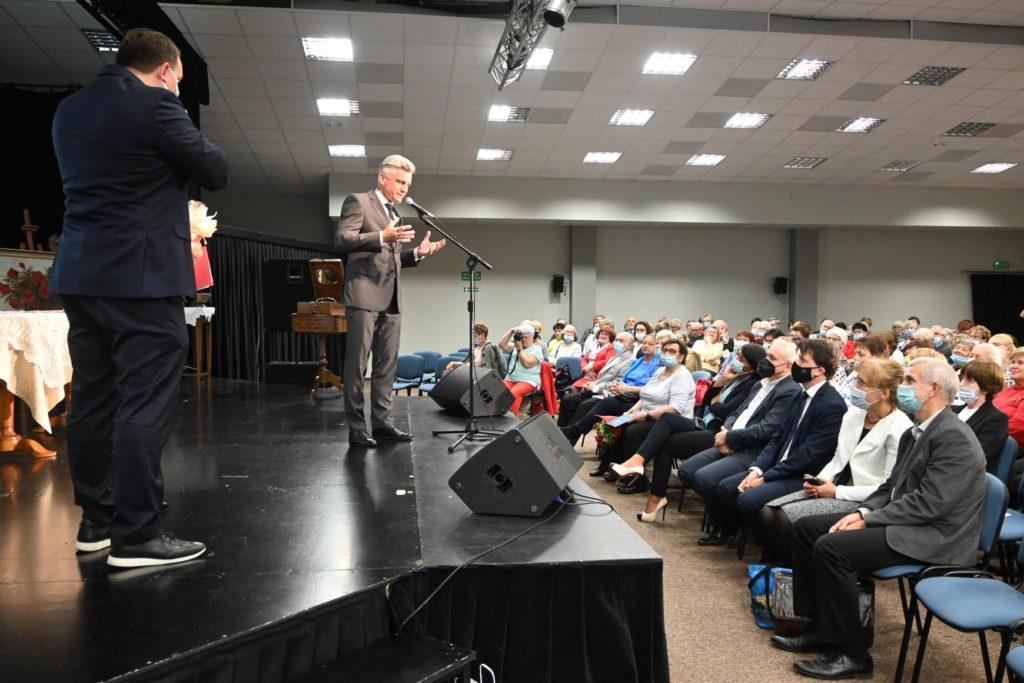 Wicestarosta Sebastian Nowak przemawia przed publicznością